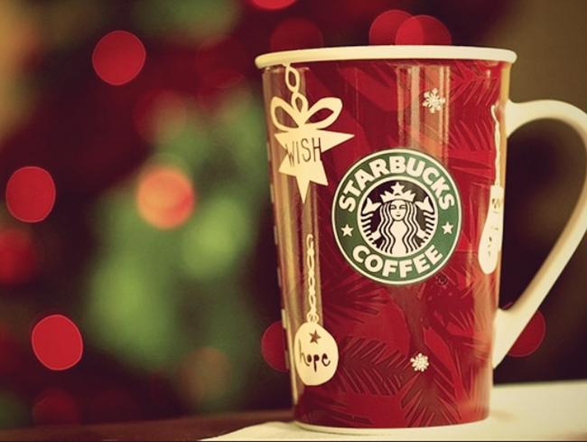 Cốc uống nước có in logo Starbucks - 1 sản phẩm trong chiến lược Marketing của Starbucks